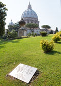The Vatican meridian and Saint Peter's Basilica in Vatican gardens - Primo meridian — Stock Photo