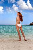 Piękna młoda kobieta na plaży — Zdjęcie stockowe