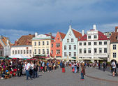 TALLINN, ESTONIA- JUNE 16: A crowd of tourists visit Town hall square in exhibition day in the Old city on June 16, 2012 in Tallinn, Estonia — Stock Photo