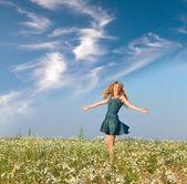 幸せな若い女のカモミール フィールドにジャンプします。 — ストック写真