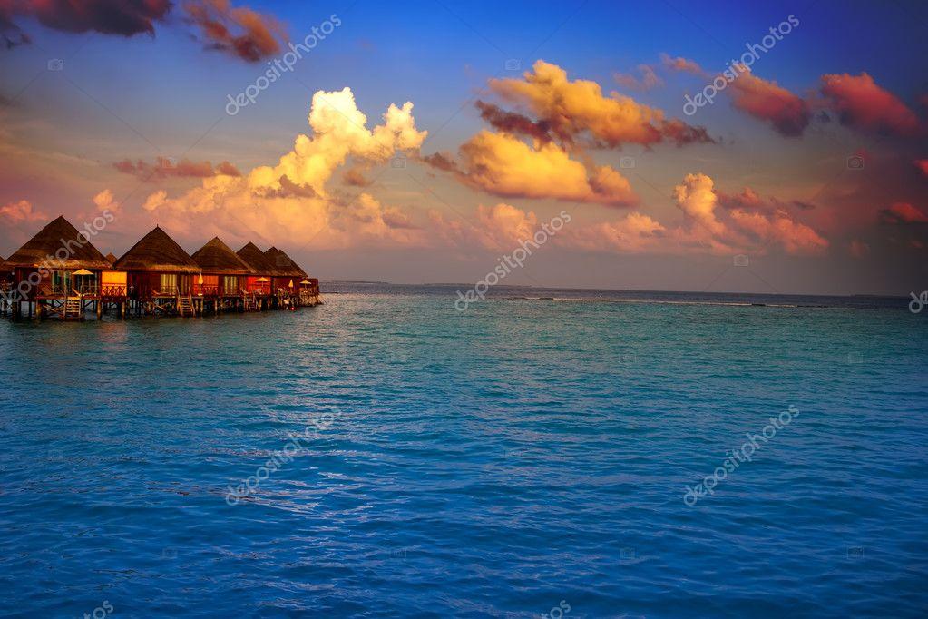 Case su palafitte sull 39 acqua al tramonto tempo foto for Moderni piani di palafitte