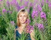 Portrét šťastné mladé ženy v květy sally — Stock fotografie