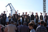 Military band musicians perform on a city holiday, devoted to the 150th anniversary of Petrovsky park in August 27, 2011 in Kronstadt, Russia — 图库照片