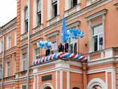 Administration near a school flag on the first day of school on September 1, 2011 in Saint-Petersburg, Russia — Stock Photo