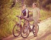 O pai com o filho em bicicletas, com um efeito retrô — Fotografia Stock