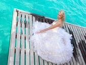 海の上の木のプラットフォーム上の花嫁 — ストック写真