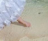 花嫁の足に触れる、海の水 — ストック写真