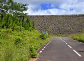 The road on an embankment at a reservoir of fresh water. Mauritius — Foto Stock