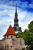 View on a tower of a city wall and St. Nicholas' Church (Niguliste). Old city, Tallinn, Estonia — Stock Photo