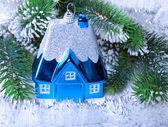 Brinquedo pequeno casa-idéia de ano novo azul escuro do sonho da casa própria no ano novo — Fotografia Stock