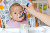 ребенок, питающийся — Стоковое фото