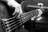 Músico tocando guitarras baixo — Fotografia Stock