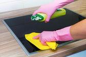 Kvinnliga händer i gummihandskar rengöring — Stockfoto