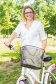 Happy Woman with the Bike — ストック写真