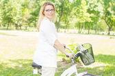 Mujer feliz con la bici — Foto de Stock