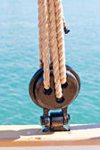 Ancient wooden sailboat deadeye and ropes detail — Stock Photo