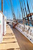Sartiame, alberatura e barca a vela in legno coperta — Foto Stock