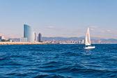 帆船在巴塞罗那与背景中的城市 — 图库照片