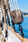 Ancient wooden sailboat pulley and ropes detail — Stock Photo