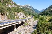 Weg oversteken van de spaanse pyreneeën — Stockfoto