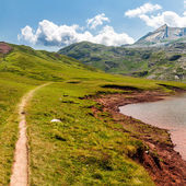 スペインのピレネー山脈の estanes 湖に沿ってパス — ストック写真