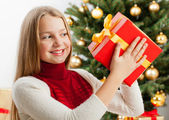 Beautiful young blonde girl holds present — Stockfoto