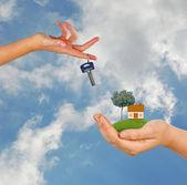 De la mano con la llave — Foto de Stock