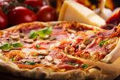 Pizza con panceta y verduras — Foto de Stock