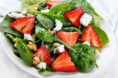 Salat mit erdbeeren — Stockfoto