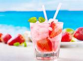 与草莓和薄荷鸡尾酒 — 图库照片