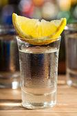 Glas wodka mit zitrone — Stockfoto
