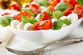 Mozzarella peyniri ile caprese salatası — Stok fotoğraf