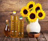 Sunflower oil and flowers — Stock Photo