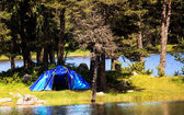 Modrý stan poblíž jezera — Stock fotografie