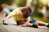 μικρό αγόρι παίζει με αυτοκίνητο παιχνίδι — Φωτογραφία Αρχείου