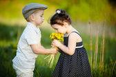 Mignon garçon et fille sur le champ de l'été — Photo