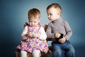 Piccolo ragazzo e ragazza a giocare con i telefoni cellulari — Foto Stock