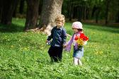 男の子と女の子、公園で — ストック写真