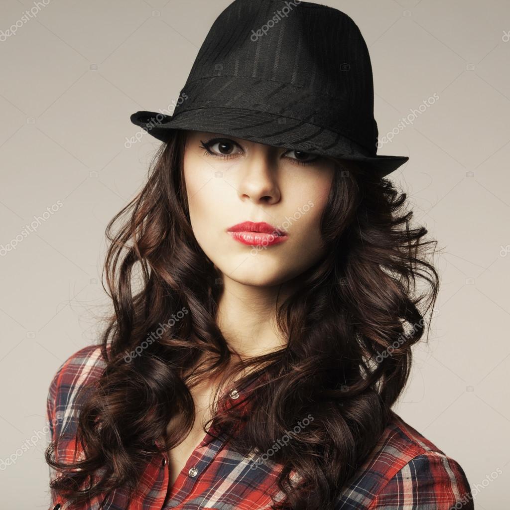 Фото брюнетки в черной шляпе 9 фотография