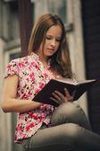 Güzel kız okuma kitabı — Stok fotoğraf