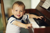 Niño toca el piano — Foto de Stock