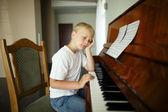 Kleiner junge spielt klavier — Stockfoto