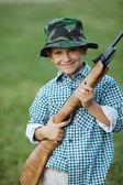 气枪的小男孩 — 图库照片