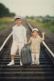 Chicos con maleta en ferrocarriles — Foto de Stock