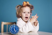 Söt liten flicka på morgonen — Stockfoto