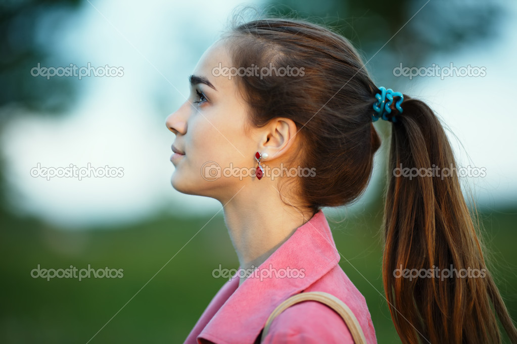 长长的头发肖像的漂亮女孩 — 照片作者 ababaka图片