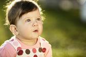 Dolce bambino seduto sull'erba in giardino — Foto Stock