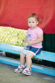 Menina com garrafa de água mineral — Foto Stock