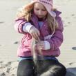 Mädchen im sand — Stockfoto