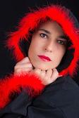 Retrato de mulher triste na capa preta e franjas vermelhas — Foto Stock